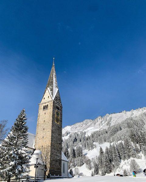 Der Mittelbergklassiker - Kirche, Sonne, Schnee. #winterwonderland #kleinwalsertal #vorarlberg #igersstuttgart #mittelberg #neuschnee #bluesky