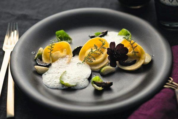 Ziegenfrischkäse-Ravioli mit Rosenkohl und schwarzen Walnüssen 🍴 📸 Christian Kerber (Sutterlüty) #romantikhoteldasschiff #hotel ...