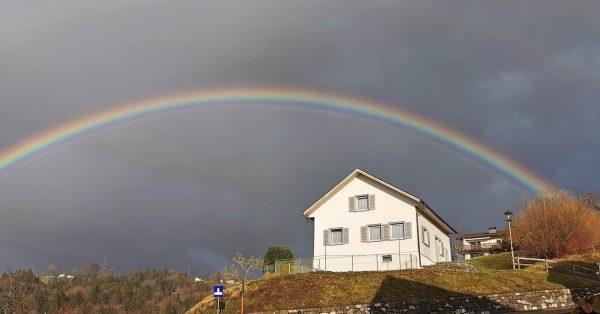Gut ab und zu mal aus dem Fenster zu schauen. #regenbogen #bildstein #monikafotografie ...