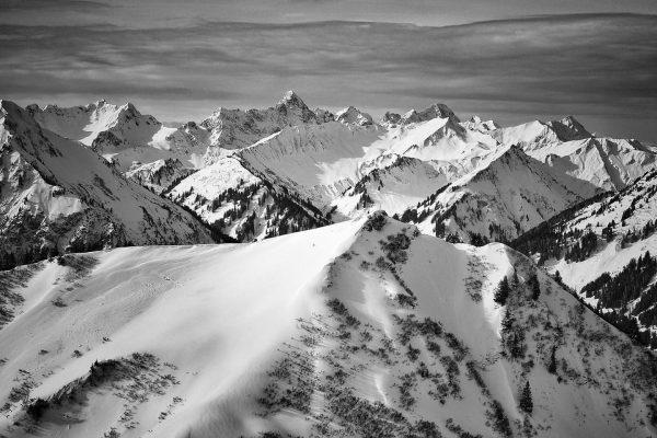 Winterpanorama von der #kanzelwand. #allgäu #kleinwalsertal #allgäuliebe #allgäutourist #blackandwhite #bnw_greatshots #winter #oberallgäu #travelphotography ...
