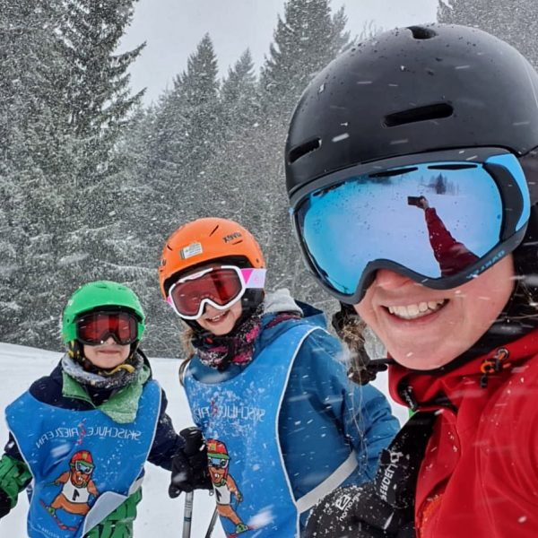 Skilehrerin Antonia im Privatkurs #happyneuschnee #skischuleriezlern #kleinwalsertal @antonia.mz ⛷⛷⛷ Kleinwalsertal