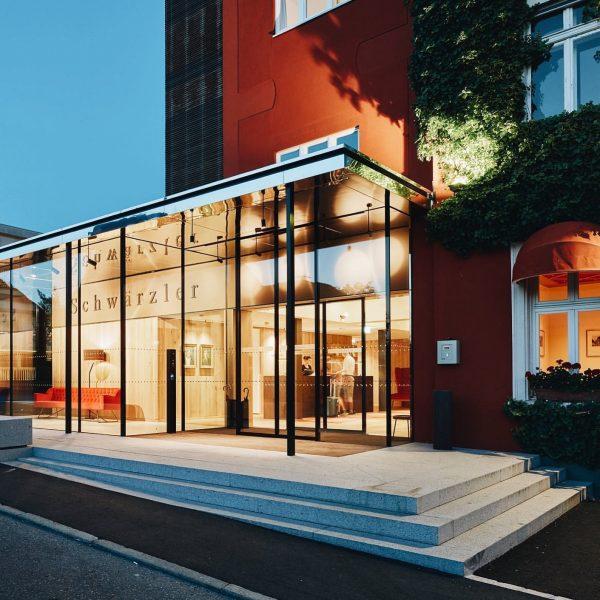 Das Hotel Schwärzler zählt nach dem jüngsten Umbau zu den Vorarlberger Architekturhotels 🥂🍾 ...