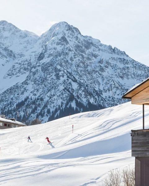 Mit diesem Blick wachen wir doch gerne auf. Skifahren direkt vor der Haustüre. ...