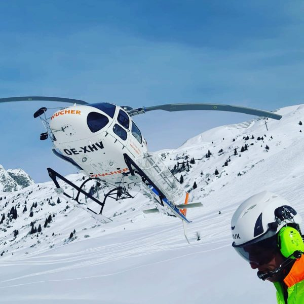 Don't like going on foot? Take a flight with us 😉 @markusfilzer #whiteguides #skiing #heliskiing #powder #guiding...