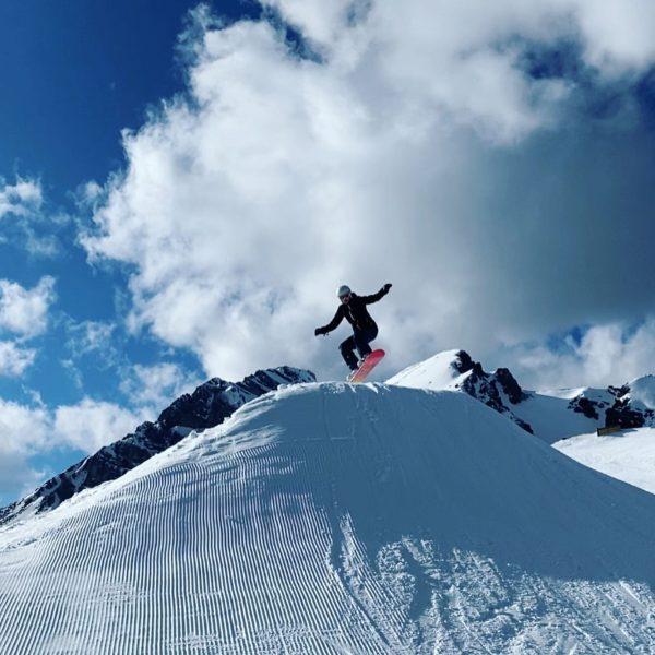 Vacation-tiiime 🥳 #snowboarding #snowboardgirl #goodweather #vacation #sunnyday #jump #austria #brandnertal #ontopofthemountain #ontopoftheworld #havingfun ...