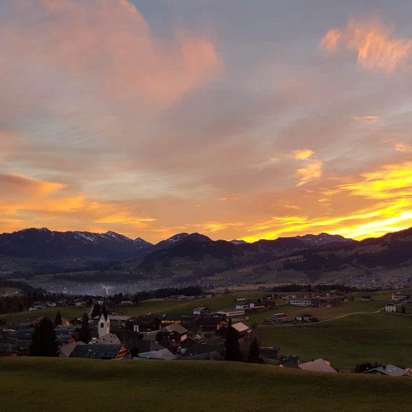 #bunter #feuriger #himmel extra für den #faschingsdienstag 👍😎 . . #gutenmorgen #glück #schwarzenbergbregenzerwald ...