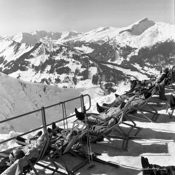 'Sonnenbaden an der Kanzelwand 1966' Nach einem schönen Tag auf der Piste lassen ...