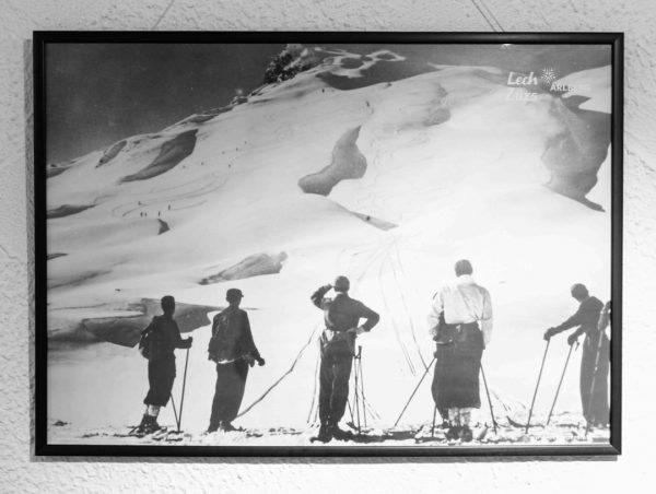 Der #ARLBERG 🏔 . Damals wie heute ein ANZIEHUNGSPUNKT für leicht verrückte Skifahrer... 😉 . ** Dein...