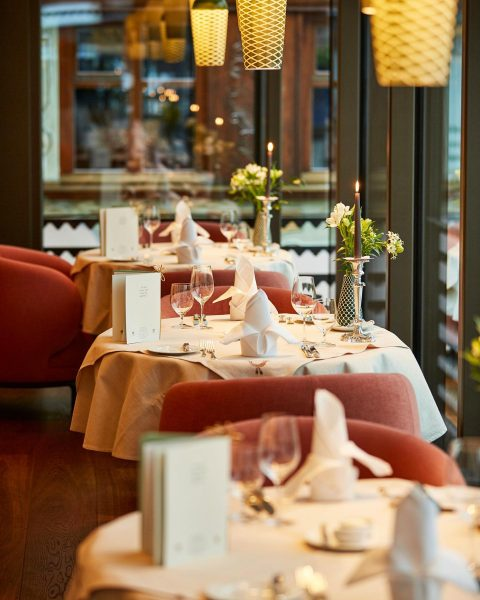 Our beautiful main restaurant with view of the surrounding winter landscape and Lech ...