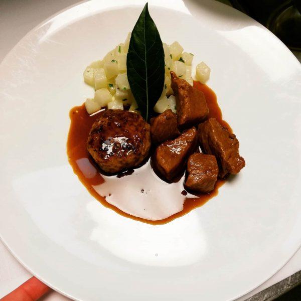 Zweierlei vom heimischen Kalb schwarzer Rettich, Riebelgrießknödele #kronehittisau #hittisau #bregenzerwald #regional #saisonal #gourmetrestaurant ...