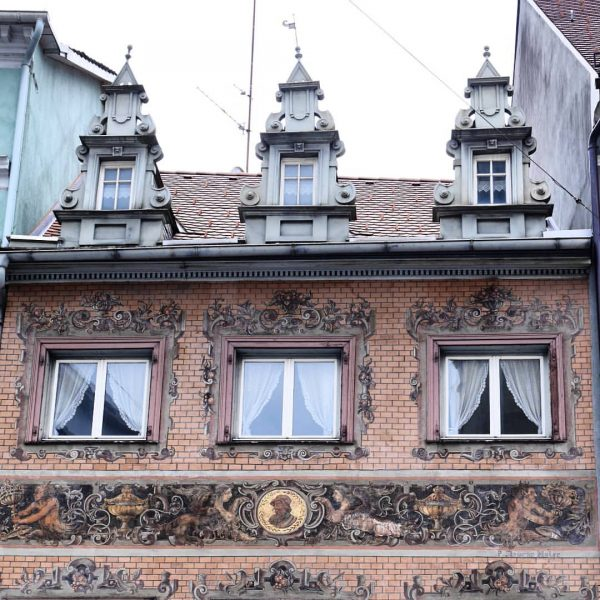 Dieses denkmalgeschützte Haus mit seiner perfekt erhaltenen Fassadenmalerei und entzückenden Dachhäuschen steht in ...