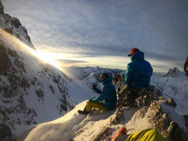 Sunset session #waitingforthesun #downclimbing #worthitthough #earnyourturns #warth #warthschröcken #skiingisthebest #afterworkcommute #snow #skiing #skiarlberg ...