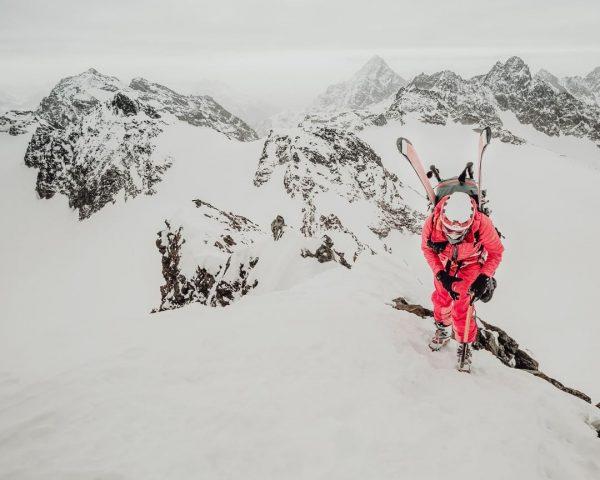 Klettere nie auf Berge, damit die Welt dich sieht. Erklimme Berge, damit du ...