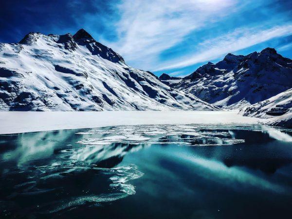 Throwback to a winterwonderworld 🗻 ___________________________________ #mountainlove #earthpix #wildestglobe #exploretocreate #keepexploring #winter #mountainlake ...