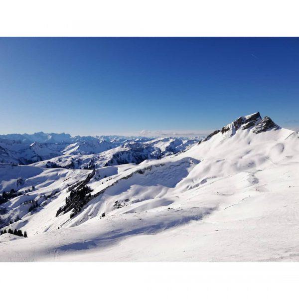 Vorfreude auf Morgen! 🏔️🎿 . . #vorfreudeaufmorgen #abaufdiepiste #mittagspitze #damülserberge #damüls #berge #alpenpanorama ...