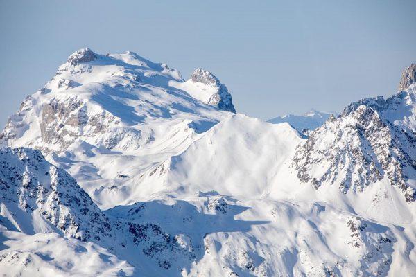 🗻🌬 Wer findet zwischen den ganzen schroffen Felsen und Schneeverwehungen unsere @tilisunahuette - ...