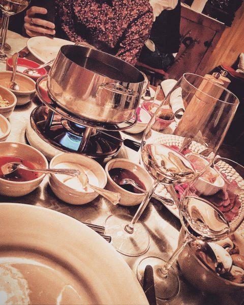 wine + dinner = winner #dayoff #lechamarlberg #fondue #friendshipgoals Hotel Arlberg Lech