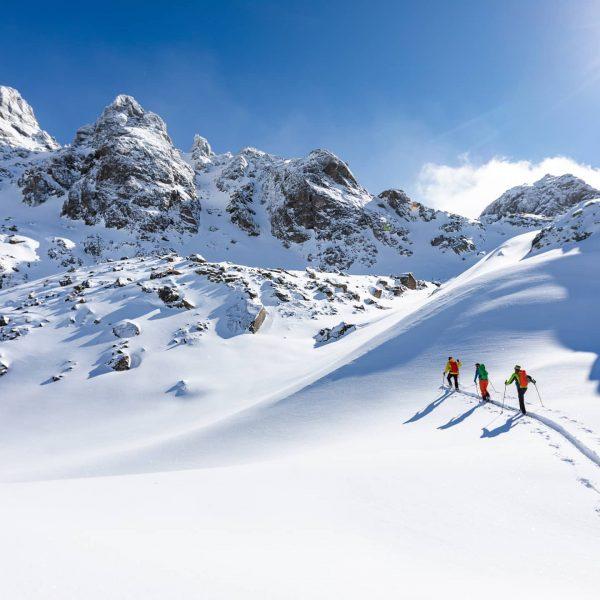 Schritt für Schritt ziehst Du Deine Skitourenspur in den unverspurten Schnee... ❄️ Und ...