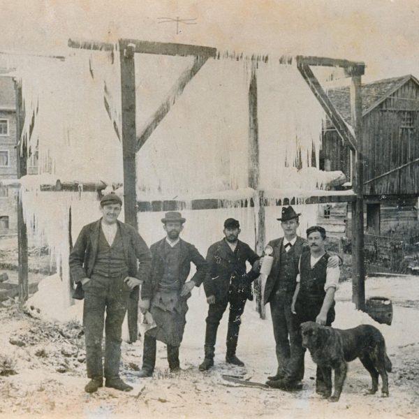 Bis Ende der 50er Jahre wurden für die ganzjährige Lagerung im Brauereikeller über den Winter Eiszapfen gezogen....