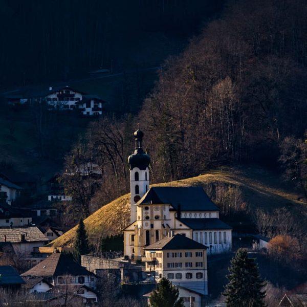 Im Licht der untergehenden Sonne erstrahlt die Pfarr- und Wallfahrtskirche Mariä Geburt in ...