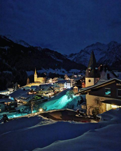 Hirschegg am Abend #kleinwalsertal #hirschegg #vorarlberg #österreich🇦🇹 #österreichurlaub #igersaustria #igaustria #nachtaufnahme #nightshot #skifoarn ...