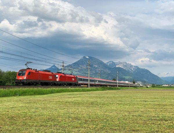 Un EC quotidien de passage en fin de journée.. 🇦🇹 #austria #autriche #mountains ...