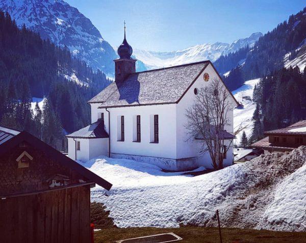 Het mooie kerkje in Bergdorf Baad. Vandaag in #Mittelberg #Kleinwalsertal #Oostenrijk #Vorarlberg #Austria ...
