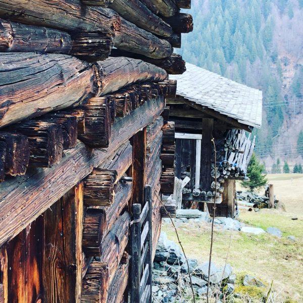 Maisäß im Muntafu #holzliebe #maisäß #meinmontafon #tradition #handwerk #handwerkskunst #alpvolks #alpgefühl #bergwelten #berge #meineheimat #dobinidahem #morgenstimmung #morgenspaziergang...