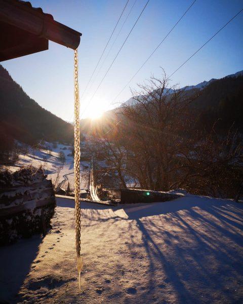 Die Sonne ist auch alleine und scheint trotzdem! #klösterle #klösterleamarlberg #stayathome #schauaufdichschauaufmich 📷@manu.duenser ...