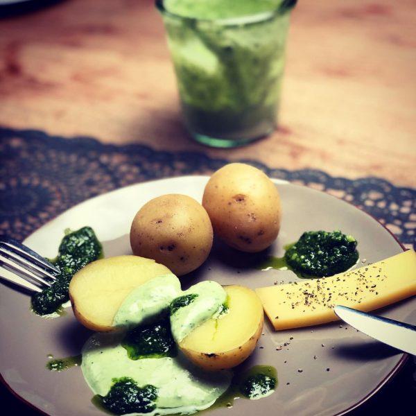Super einfaches Abendessen mit Bärlauch-Verwertung 🧀 🥔 🌿 #bärlauchpesto in etwas #Sauerrahm eingerührt, ...