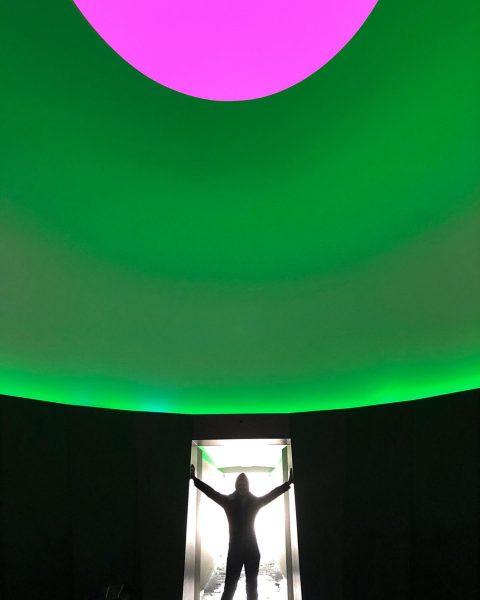Ski-in-Ski-out #skyspace #skyspacelech by #jamesturrell #jamesturrellskyspace mit Tageslicht bei geöffneter Kuppel und im ...