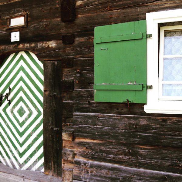 Dürfen wir vorstellen? Die älteste Eingangstür in unserem Tal!👍🏼🔝 #geschichteschreiben #history #kleinwalstertal #happytobehere ...