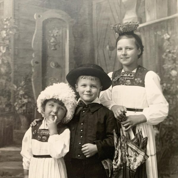 Beauty of costumes . I asked my mother, who they are? She said: (from the left): Annele...
