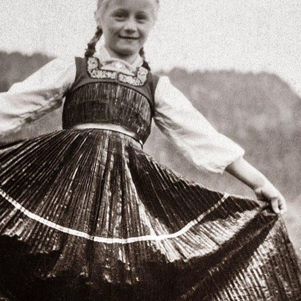 ❤️Her cheerful laugh is unchanged till today. #tb_bregenzerwald_40ties #juppe #wäldertracht #historywall_bregenzerwald #tracht #bezau Herlinde Natter