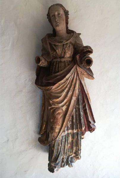 Weibliche Heilige ohne Attribute (vielleicht Hl. Maria) Lindenholz polychrom gefasst, 1. Hälfte des 17. Jh. Über dem...