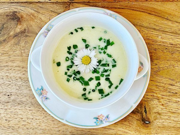 Die Bregenzerwälder Käsesuppe mit Kräutern ist in Vorarlberg eine richtige Hausspezialität. Vor allem ist es ein warmes,...