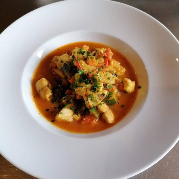 Griechische Fischsuppe 1 Zwiebel 2 Knoblauchzehen ½ Lauchstange Olivenöl ½ kg Fischfilets 1 ...