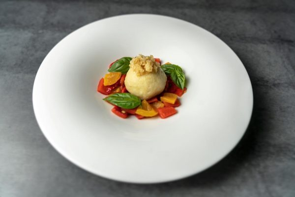 Basilikumknödel auf buntem Paprika #basilikum #knödel #paprika #restaurant #schulhus #krumbach #bregenzerwald #foodfotography #food ...