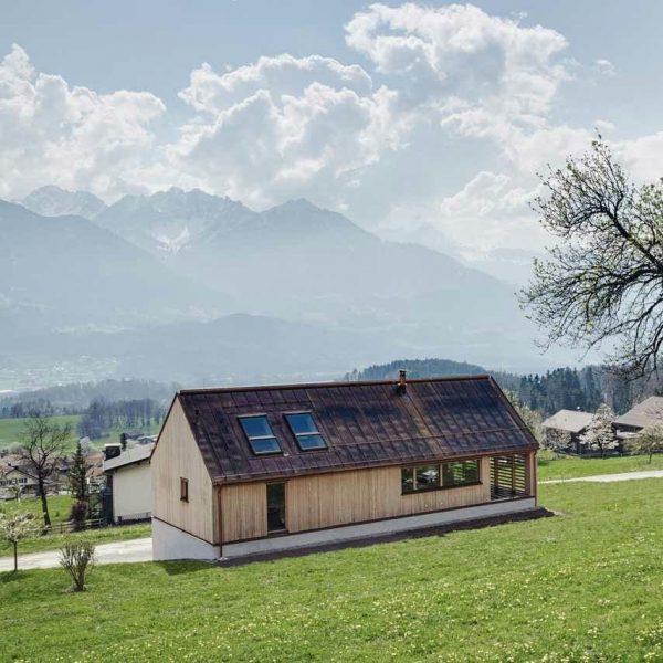 """Im """"Haus Schnifis"""" dominiert Holz das Erscheinungsbild. Das Wohnhaus liegt zentral in der ..."""