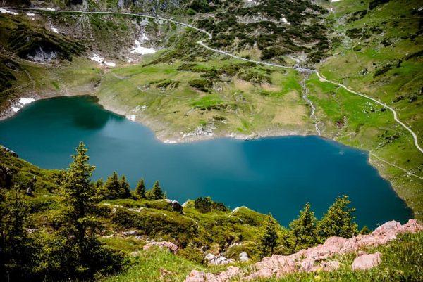 Naturjuwel, Smaragtgrün schimmert der wunderschöne See unter der Roten Wand und wurde in ...