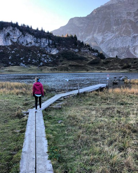 Living in paradise 🌸 . . . . #explore #mountains #körbersee #mountaingirls #mountainlake ...
