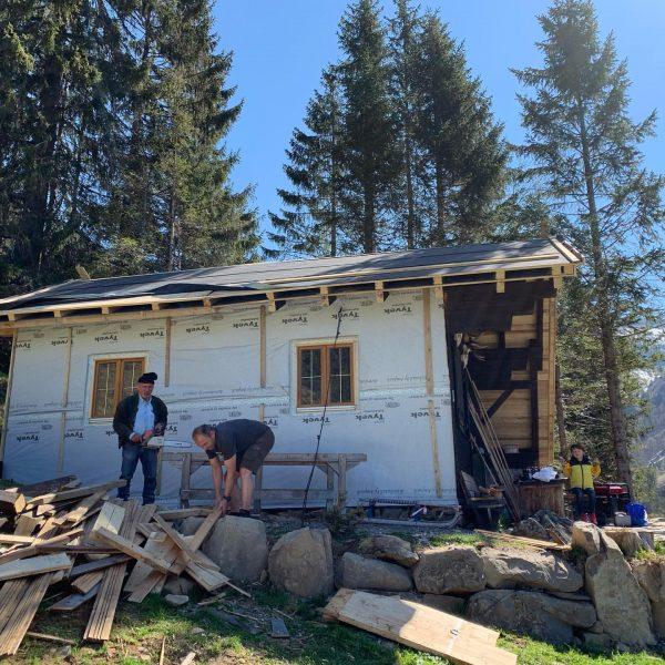 Ganz ohne Baustelle gehts doch nicht im Urlaub. Die Jagdhütte wird vergrößert und ...