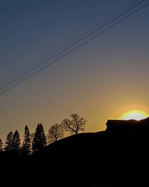Sonnenuntergang auf dem Sonderdach 🌄 • #berghofbezau #bezau #sonderdach #bregenzerwald #vorarlberg #österreich #austria ...