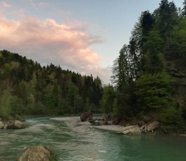 Blick auf die Bregenzerach Abendstimmung #doren #visitdoren #wasser #fluss #bregenzerach #felsenimwasser #abendstimmungsbilder #wolken ...