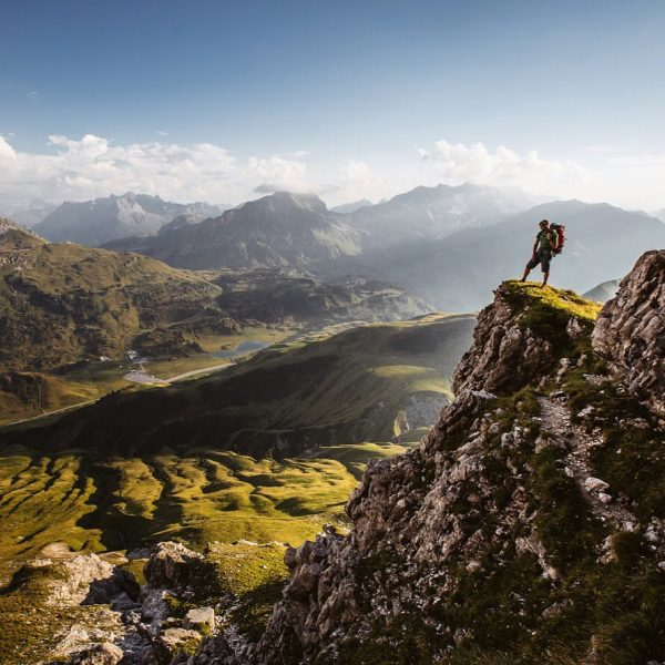 Der Felsvorsprung am Widderstein mit Blick auf den Kalbelesee und den Hochtannbergpass ist ...