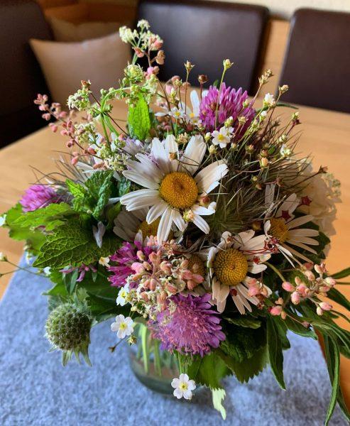 Zu schön, um es nicht zu teilen ... . Was sich aus einfachen Wiesenblumen zaubern lässt. 👉...