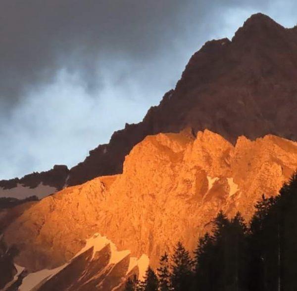 De eerste #gipfel 'vangt' de laatste zonnestralen wat een prachtig #Alpenglühen geeft. #Mittelberg ...