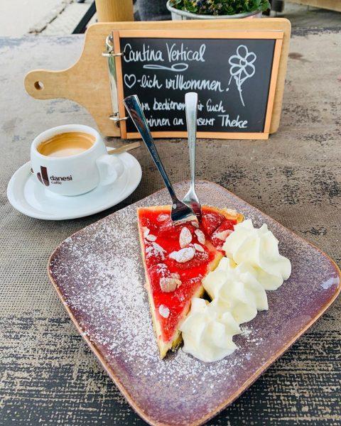 Kaffee Pause ☕️ #cantinavertical #danesicaffe #erdbeerkäsekuchen #kleinwalsertal 🏔🍓🌸😍 Cantina Vertical