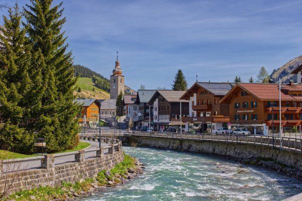 Der Lech fließt durch das gleichnamige Dorf Lech (Vorarlberg). Die Gemeinde ist ein ...