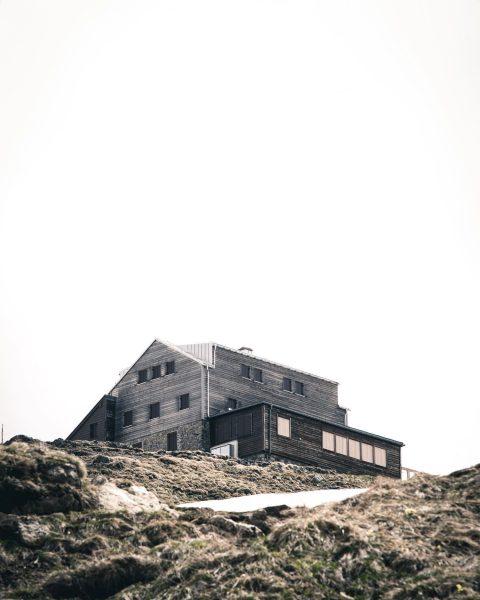 Die Stuttgarter Hütte in Zürs 👍👍 Welche ist deine Lieblingshütte und wo liegt sie 👇 lasst es...